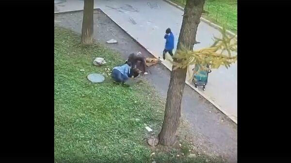 В Татарстане ребенок провалился в люк на глазах у матери