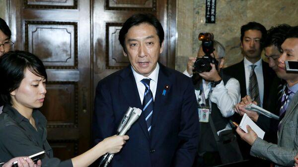 Министр экономики, торговли и промышленности Японии Иссю Сугавара общается с прессой в парламенте в Токио. 25 октября 2019