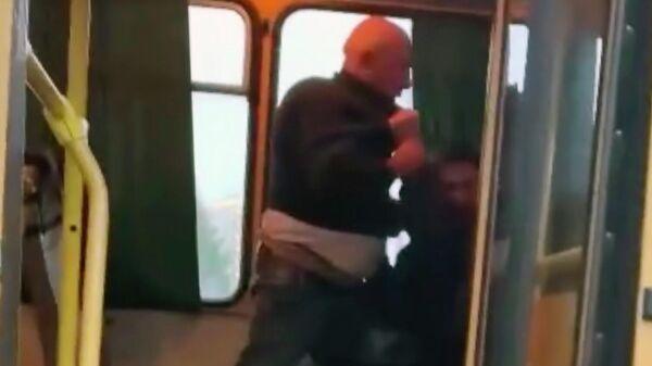 Драка с участием водителя автобуса (слева) в Уфе. Стоп-кадр видео очевидца