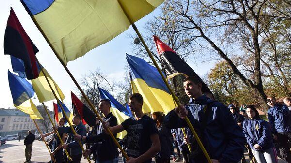 Участники марша националистов во Львове, выступающие против примирения в Донбассе. 25 октября 2019