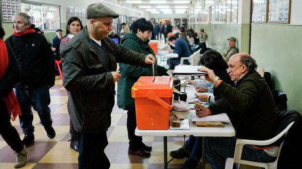 Люди на избирательном участке во время первичных выборов в Монтевидео, Уругвай. 30 июня 2019