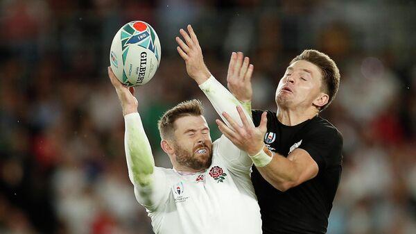 Игрок сборной Англии Эллиот Дейли (слева) и игрок сборной Новой Зеландии Бьюден Барретт в полуфинале Кубка мира по регби