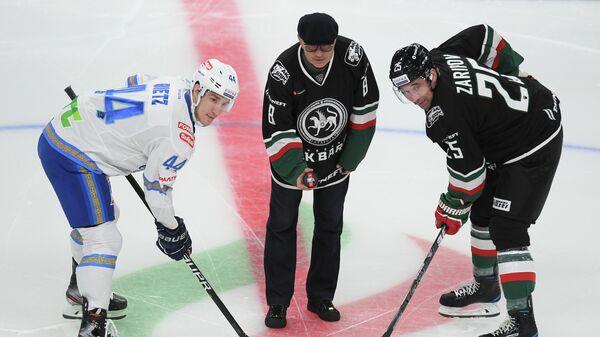 Бывший тренер Рубина Курбан Бердыев делает символическое вбрасывание