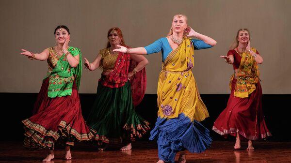 Индийские танцы на празднике Дивали в Москве