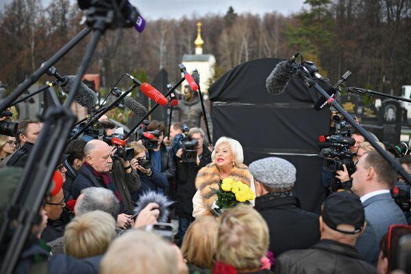 Вдова Николая Караченцова Людмила Поргина во время церемонии открытия памятника актеру Николаю Караченцову на Троекуровском кладбище
