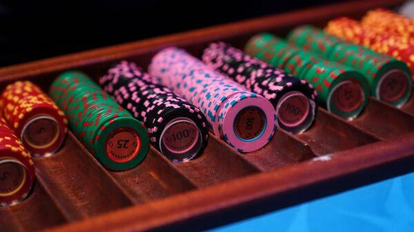 Фишки на игровом столе в казино