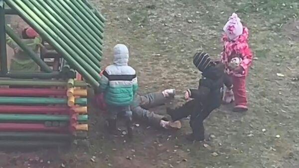 Драка в детском садике № 236 города Ярославля. Стоп-кадр видео