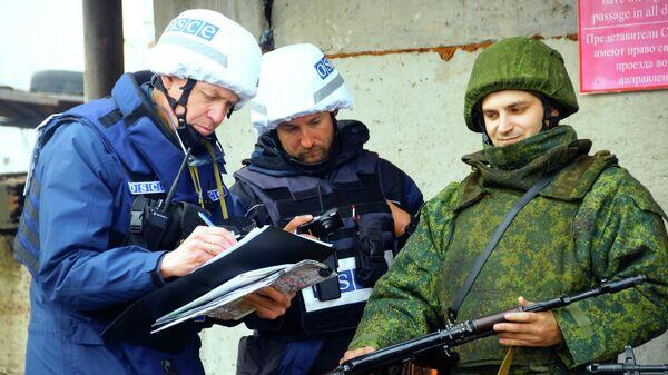 Наблюдатели ОБСЕ следят за отводом сил бойцов подразделений ЛНР в поселке Золотое в Луганской области