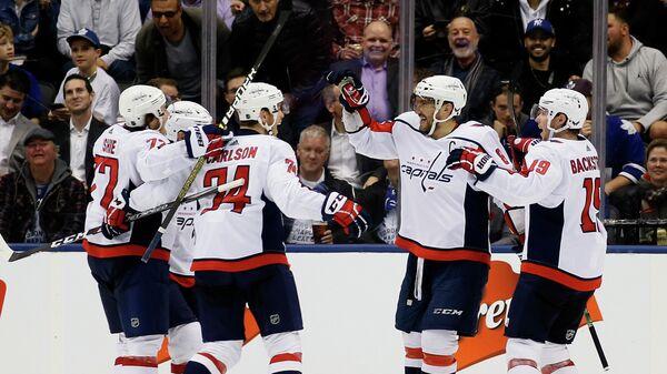 Хоккеисты Вашингтона радуются шайбе, заброшенной Александром Овечкиным