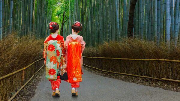 Гейши в бамбуковой роще в Киото, Япония