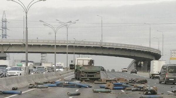 ДТП с участием грузовика, перевозившего газовые баллоны, на МКАД