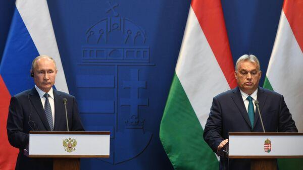 Президент РФ Владимир Путин во время совместного с премьер-министром Венгрии Виктором Орбаном
