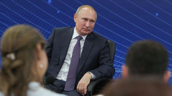 Президент РФ Владимир Путин во время встречи с представителями общественности Калининградской области