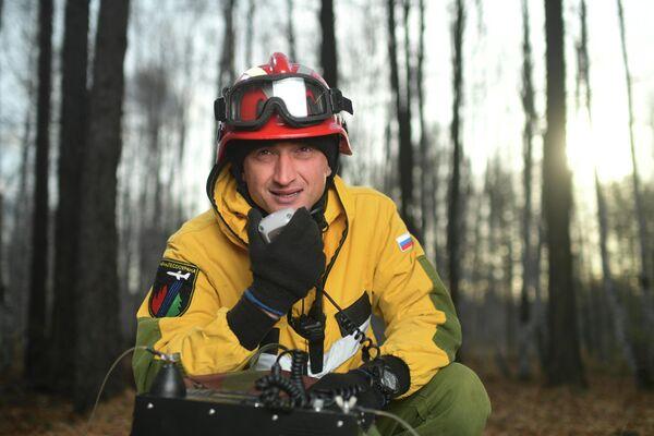 Инструктор десантно-пожарной группы Читинского авиаотделения ПДПС ФБУ Авиалесоохрана Андрей Ташлыков выбрал профессию из-за любви к лесу, привитой с детства