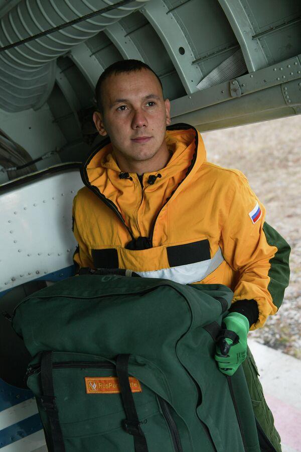Парашютист-пожарный Читинского авиаотделения ПДПС ФБУ Авиалесоохрана Виталий Ланцев в лесу чувствует себя как дома