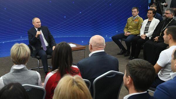 Президент РФ Владимир Путин во время встречи с представителями общественности Калининградской области. 31 октября 2019