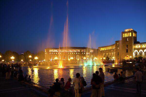 Поющие фонтаны в ночное время в главной площади Еревана