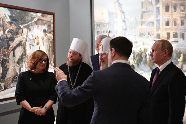 Президент РФ Владимир Путин на выставке Память поколений: Великая Отечественная война в изобразительном искусстве