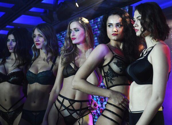 Участницы показа коллекции нижнего белья в рамках Lingerie Fashion Week