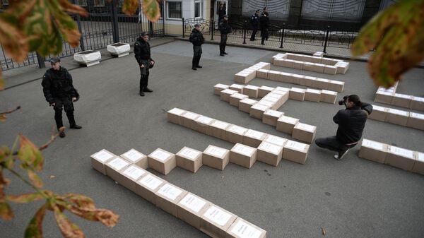 Коробки с подписями украинцев в поддержку проведения референдума о вступлении Украины в систему коллективной безопасности НАТО у здания администрации президента