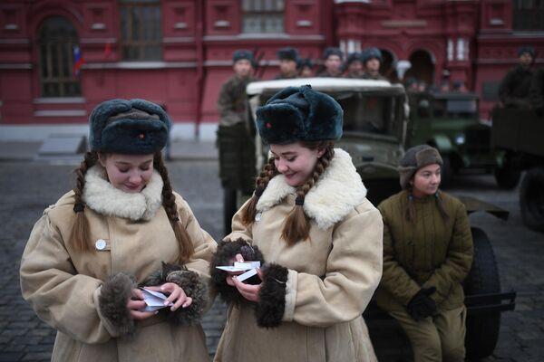 Участницы марша, приуроченного к 78-й годовщине парада 1941 года на Красной площади