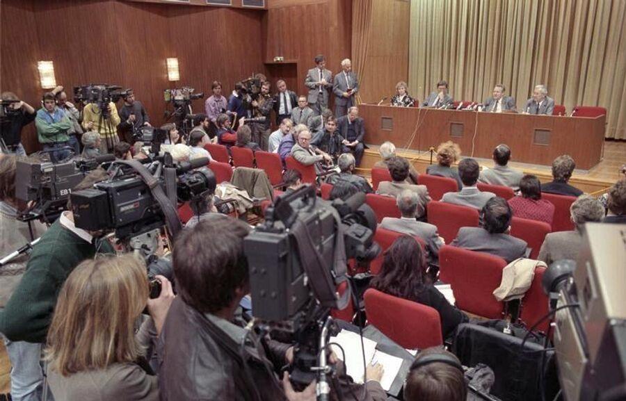 Пресс-конференция, на которой выступал Гюнтер Шабовски, 9 ноября 1989