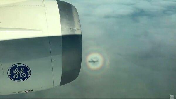 Самолет внутри радуги. Стоп-кадр видео