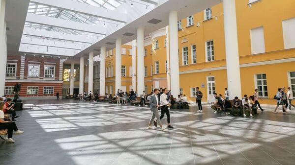Студенты в здании Высшей школы экономики на Покровском бульваре