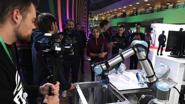 Робот-рука на стенде компании Сбербанка на конференции по искусственному интеллекту Artificial Intelligence Journey (AIJ) в Москве