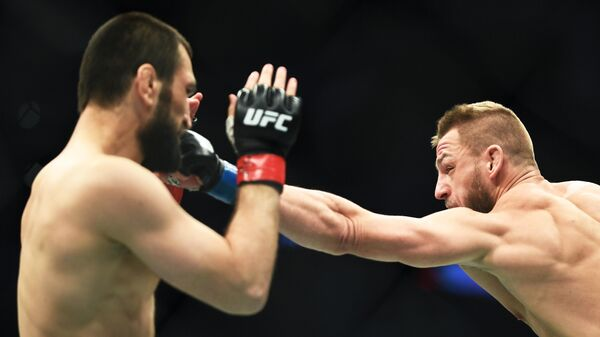 Слева направо: Абубакар Нурмагомедов (Россия) и Давид Завада (Германия) во время боя в полусреднем весе на турнире по смешанным единоборствам UFC Fight Night в Москве.