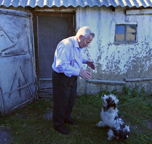 Михаил Калашников с собакой в селе Курья Алтайского края