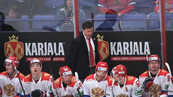 Алексей Кудашов (в центре на втором плане) и хоккеисты сборной России