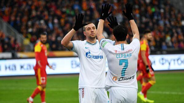 Игроки ФК Зенит Артем Дзюба (слева) и Сердар Азмун