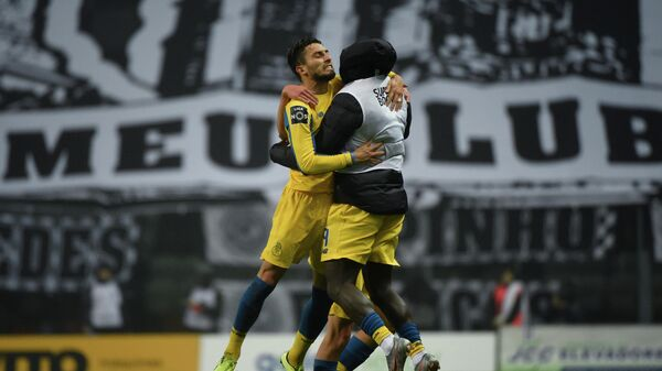 Футболисты Порту радуются забитому мячу Алекса Теллеса (слева)