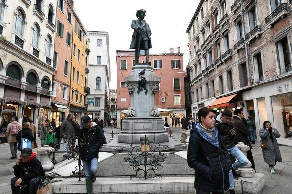 Памятник драматургу Карло Гольдони в Венеции