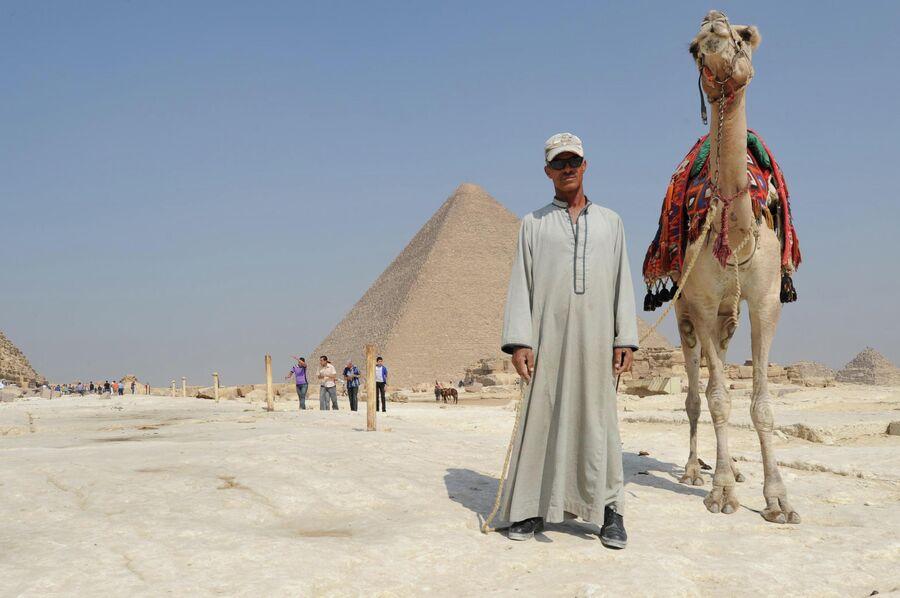 Египтянин с верблюдом близ пирамид Гизы