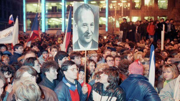 Демонстранты держат плакат Александра Дубчека. 23 ноября 1989