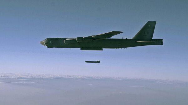 Запуск крылатой ракеты AGM-86B с борта стратегического бомбардировщика B-52H Stratofortress над полигоном для испытаний в штате Юта