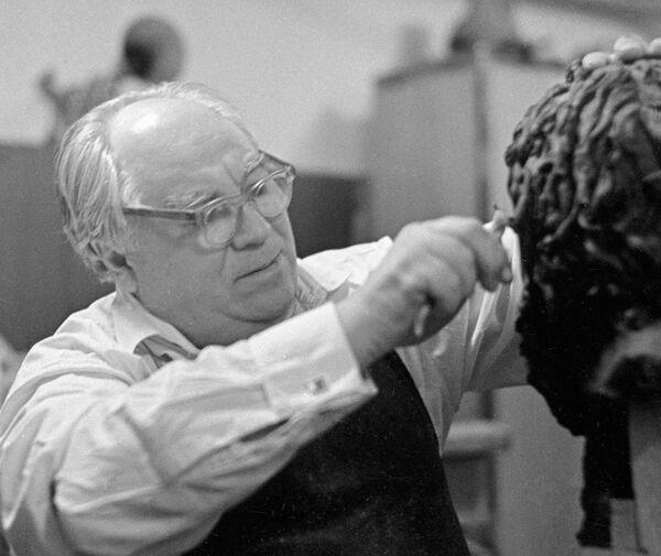 Ученый-антрополог, археолог и скульптор Михаил Герасимов за работой