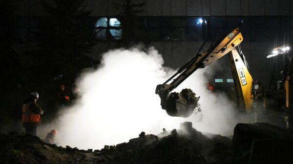 Работники коммунальных служб устраняют последствия прорыва паропровода на территории завода пивоваренной компании Балтика в Санкт-Петербурге