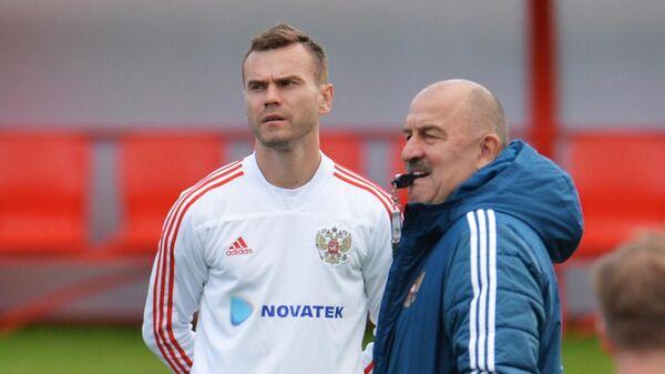 Главный тренер сборной России Станислав Черчесов (справа) и Игорь Акинфеев