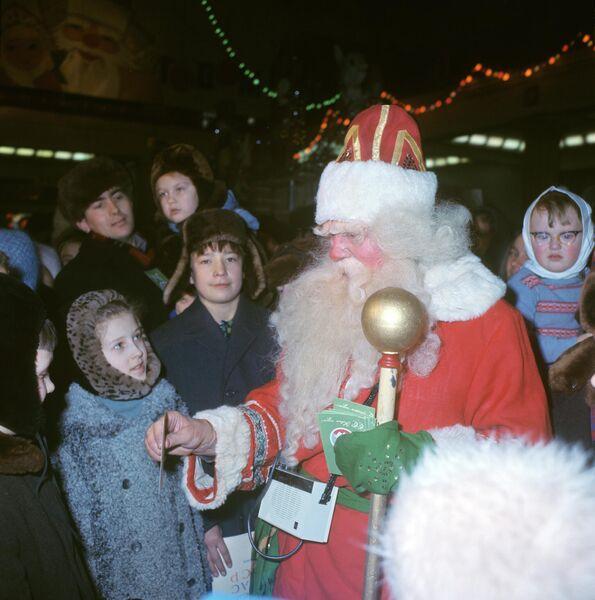 В Московском универсальном магазине Детский мир посетителей встречает Дед Мороз