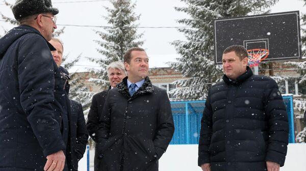 Председатель правительства РФ Дмитрий Медведев во время посещения села Санниково Алтайского края. 13 ноября 2019