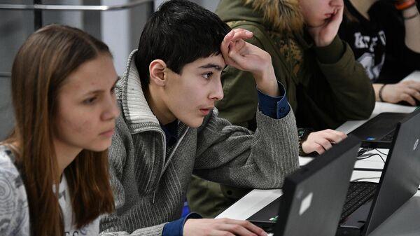 Молодые люди работают за компьютерами