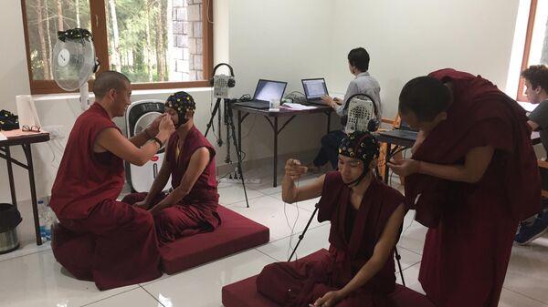 Буддийские монахи в открытом российскими учеными Центре исследований медитации и измененных состояний сознания в Индии
