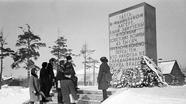 Обелиск в пригороде Пскова на месте, где находился фашистский концлагерь для советских военнопленных