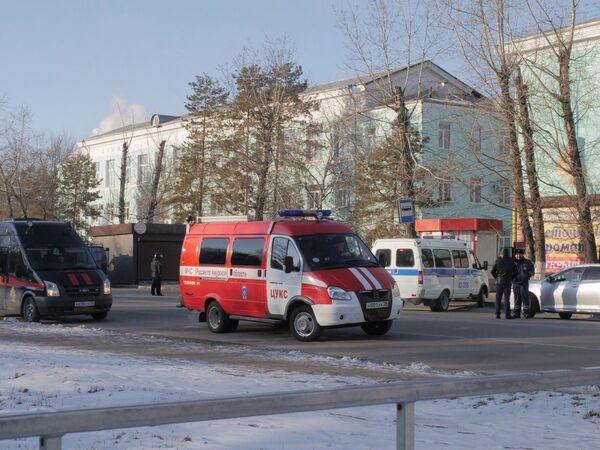 Автомобили правоохранительных служб и МЧС у здания Амурского колледжа строительства и жилищно-коммунального хозяйства в Благовещенске, где произошла стрельба
