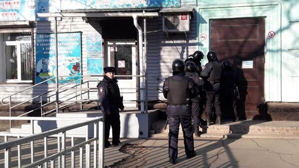 Сотрудники правоохранительных органов у здания Амурского колледжа строительства и жилищно-коммунального хозяйства в Благовещенске, где произошла стрельба
