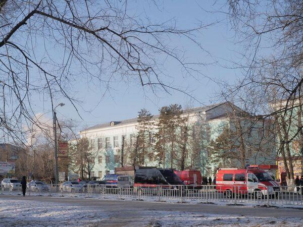 Автомобили правоохранительных служб и МЧС у здания Амурского колледжа строительства и жилищно-коммунального хозяйства в Благовещенске, где произошла стрельба.