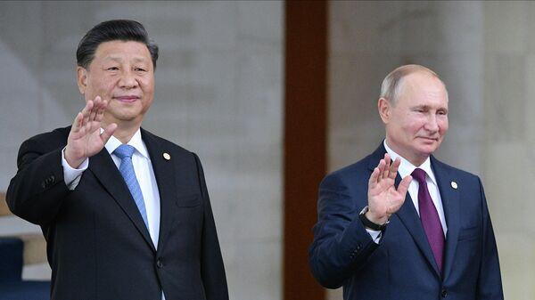 Президент РФ Владимир Путин и председатель КНР Си Цзиньпин на церемонии совместного фотографирования лидеров стран БРИКС